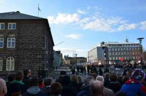 Tłum przed budynkiem parlamentu w Reykjaviku / facebook.com/internationalriot
