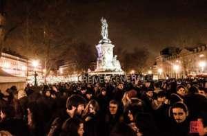 """""""Sen Powszechny"""" głosi napis. Zarówno on, jak i specyficzne nazewnictwo ruchu (używanie terminów takich jak """"32 marca"""") to nawiązania do Rewolucji Francuskiej i koncepcji niepodzielnej Woli Powszechnej Rosseau, podkreślają też utopijny charakter ruchu. źródło: https://twitter.com/nuitdebout"""