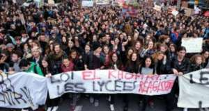 W protestach we Francji udział udział bierze licznie młodzież licealna źródło: https://twitter.com/9mars2016?lang=pl