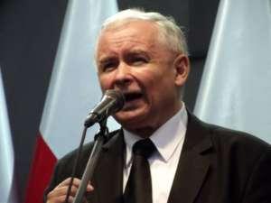 """Jarosław Kaczyński: """"Pamiętajcie, przed nami jeszcze niełatwa droga, wciąż idziemy do góry, wciąż rzucają w nas kamieniami, wciąż chcą na nas rzucić lawinę. To się nie uda. Dojdziemy do szczytu, ale jeżeli będziemy zmobilizowani, jeżeli będziemy maszerować w zwartym szyku""""/wikimedia commons"""