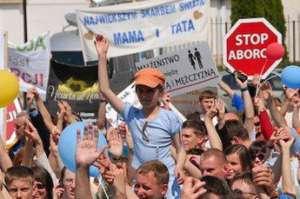 Manifestacja katolicka przeciwko aborcji, Polska, 2007 r. Od tego czasu nacisk Kościoła na odebranie kobietom podstawowym praw jeszcze wzrósł. / fot. Wikimedia Commons