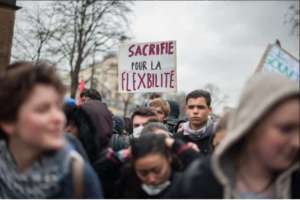 """""""Ofiary elastyczności"""" Bezrobocie wśród młodzieży przekracza 20%. Młodzi mają poczucie głębokiego niezrozumienia i braku szacunku dla swojej pracy i życia, mówią o parlamencie i rządzie jako o """"domach starców"""", chcą polityki dla wszystkich w miejsce polityki zawodowców. Zadowolenie z prezydenta Hollande'a wyraża obecnie jedynie 12% respondentów."""