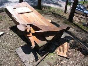 Nieznani sprawcy zdewastowali pomnik, upamiętniający rozstrzelanie 29 Romów przez nazistów/zdj. Gosia Mirga