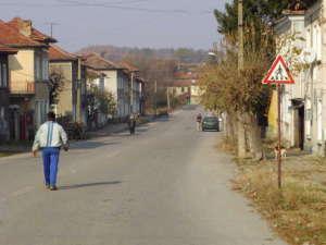 Widok na główną ulicę w Radjuwene. / Źródło: Wikimedia Commons.