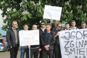 Rodzina i znajomi zmarłego Igora pod wrocławskim komisariatem / http://bezkarnoscpolicji.info/