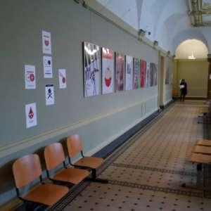 Plakaty w obronie praw pracowniczych na korytarzu Akademii Sztuki w Szczecinie