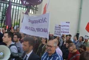 Protest solidarnościowy z pielęgniarkami z CZD pod Ministerstwem Zdrowia / fot. Piotr Nowak