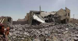 Budynki mieszkalne na przedmieściach Sany, stolicy Jemenu, po bombardowaniu przez wojska saudyjskie/wikimedia commons