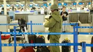 Ładunek wybuchowy został ukryty w dużej butelce po piwie, którą o wiele łatwiej jest porzucić na lotnisku, niż jakikolwiek bagaż czy pakunek.