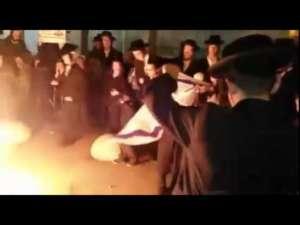 """Ultraortodoksyjni Żydzi palą flagi """"nie dość religijnego"""" państwa Izrael / fot. https://www.youtube.com/watch?v=lZJ7o0bzfhU"""