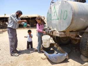 Rodzina palestyńska nabiera wody, za litr płaci czterokrotnie więcej niż mieszkańcy Izraela/wikimedia commons