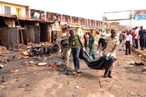 Sprzątanie ciał po zamachu bombowym w stolicy Nigerii, maj 2014, fot. flickr.com/ Diariocritico de Venezuela