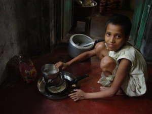 Hinduskie dziecko pracujące jako służba domowa / fot. Wikimedia Commons