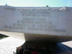 Pomnik katastrofy smoleńskiej na Powązkach jest dla PiS podejrzany / fot. Wikimedia Commons