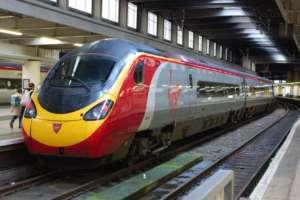 Pociąg linii Virgin Trains na stacji w Londynie /wikipedia commons