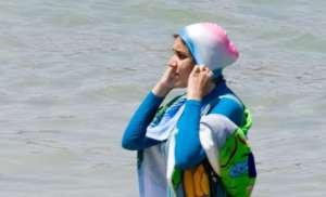 Burkini - muzułmański strój kąpielowy, razi Francuzów, fot. wikimedia commons