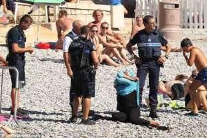 Policjanci zmuszają kobietę do rozebrania się na plaży, Nicea 2016/facebook.com