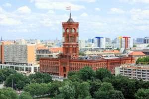 Berlin, widok ratusza miejskiego. Źródło: Wikimedia commons.
