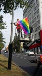 Aktywista Grupy Stonewall zawiesza tęczową flagę / fot. Grupa Stonewall