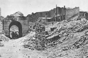 """Ruiny Warszawy w 1945 r. O tym, że tak wyglądały po wojnie """"cenne nieruchomości"""", od lat przypominali tylko nieliczni lewicowi aktywiści / fot. Wikimedia Commons"""