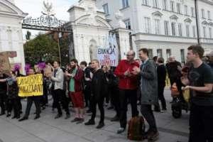 Protest przeciwko Ordo Iuris pod bramą UW / Dawid Zuchowicz , wawalove.pl