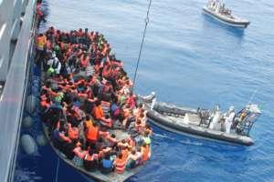 Akcja ratunkowa włoskiej marynarki wojennej wobec migrantów, przybywających z Libii/wikimedia commons