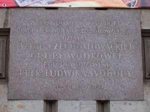 Jedna z feralnych tablic - ku czci czeskich i słowackich ochotników do walki przeciwko Niemcom we wrześniu 1939 r. / fot. Wikimedia Commons
