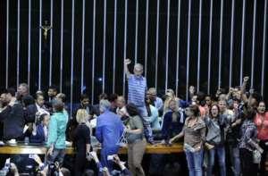 Protest na mównicy brazylijskiej Izby Deputowanych / fot. Twitter