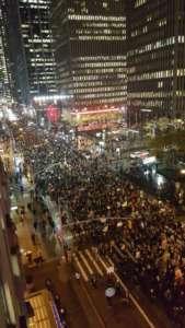 Demonstracja przeciwko wyborze Trumpa w Nowym Jorku / Źródło: Twitter - Maddow Blog