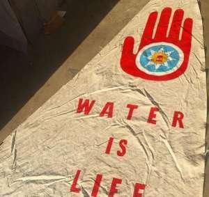 """""""Woda to życie"""" - plakat jednej z protestujących osób w Standing Rock. / Źródło: Facebook."""