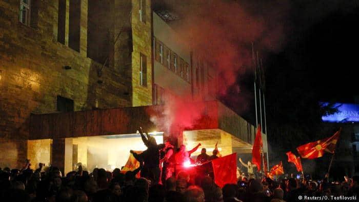 Nacjonalistyczni demonstranci wtargnęli do budynku parlamentu macedońskiego. Źródło: Wikimedia Commons.