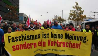 """""""Faszyzm to nie pogląd, to przestępstwo"""" głosi jeden z bannerów niesionych przez kontrmanifestantów. Źródło: Twitter, http://bit.ly/2Cu1nkd"""