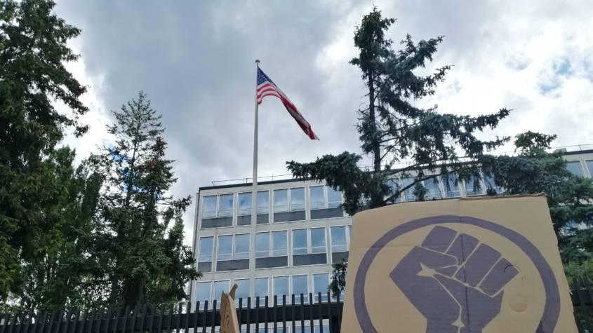 Protest pod ambasadą USA